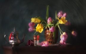 Картинка цветы, букет, размытие, чайник, тюльпаны, ваза, стаканы, натюрморт, композиция