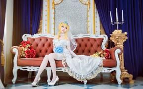 Картинка взгляд, девушка, украшения, цветы, поза, стиль, комната, диван, милая, белое, ноги, розы, интерьер, чулки, свечи, ...