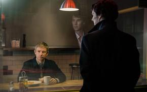 Картинка отражение, окно, чашка, кафе, Шерлок Холмс, Мартин Фриман, Бенедикт Камбербэтч, Benedict Cumberbatch, Sherlock, Шерлок, Sherlock …