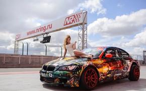 Картинка авто, взгляд, Девушки, BMW, красивая девушка, красивое платье, позирует на капоте