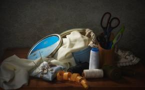 Картинка иголки, стиль, темный фон, стол, ткань, шкатулка, натюрморт, нитки, предметы, подставка, ножницы, композиция, рукоделие, сантиметр, …