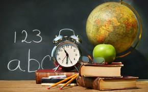 Картинка стол, часы, книги, яблоко, карандаши, будильник, очки, доска, школа, глобус, мел