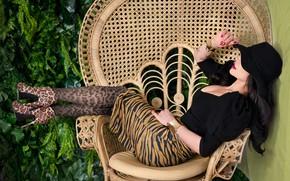 Картинка девушка, поза, кресло, макияж, брюнетка, кепка, маникюр, Anna Rawka