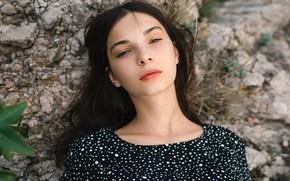 Картинка взгляд, камни, модель, портрет, макияж, брюнетка, прическа, на природе, боке, Александр Орлов