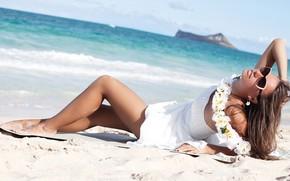 Обои море, девушка, поза, берег, платье, очки