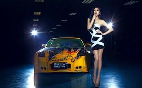 Картинка взгляд, Девушки, Nissan, азиатка, красива девушка, желтый авто, на фоне машины