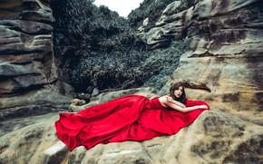 Обои взгляд, листья, девушка, поза, камни, настроение, скалы, заросли, растения, руки, лежит, шатенка, азиатка, красное платье, ...