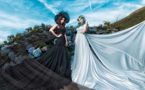 Обои небо, облака, цветы, природа, поза, стиль, синева, фон, девушки, белое, волосы, две, шляпа, сад, холм, ...