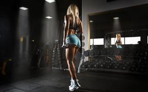 Картинка поза, отражение, шорты, фигура, стройная, зеркало, блондинка, топик, фитнес, кроссовки, спортзал, тренировка, гантели, fitness model, …