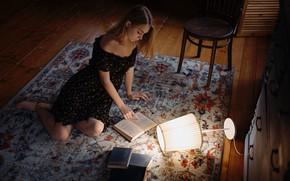 Картинка поза, ковер, книги, Девушка, стул, плечи, Сергей Жирнов, платьев