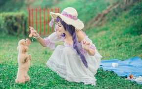 Обои зелень, лето, трава, взгляд, девушка, природа, лицо, поза, стиль, фон, настроение, белое, поляна, забор, мило, ...