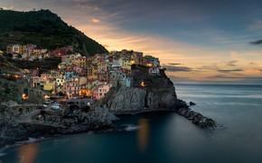 Картинка Италия, дома, побережье, огни, море, вечер, сумерки, Манарола, небо, скалы, облака