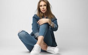 Картинка девушка, поза, фон, джинсы, кроссовки, джинсовка, Николай Хватов