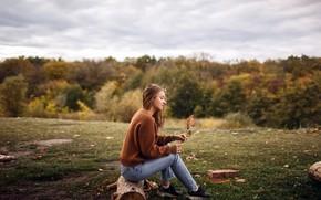 Картинка осень, трава, девушка, природа, поза, свитер, боке