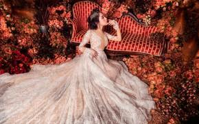 Картинка девушка, цветы, поза, диван, белое, розы, сад, азиатка, красотка, сидит, невеста, принцесса, роскошь, много, королева, …