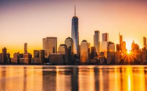 Картинка небо, солнце, лучи, закат, река, берег, дома, Нью-Йорк, США, Манхэттен, небоскрёбы, Гудзон