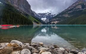 Картинка лес, облака, деревья, горы, озеро, камни, скалы, лодки, причал, Banff National Park, Alberta, Lake Louise, …