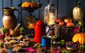 Обои ягоды, корзина, яблоки, лампа, чайник, кружка, фонарь, тыквы, кувшин, орехи, весы, каштаны, осенний натюрморт