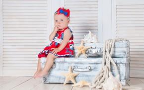Картинка Взгляд, платье, Девочка, малышка, Чемодан, Сидит, Морские звезды