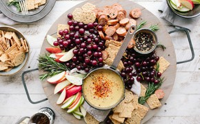 Картинка ягоды, яблоки, перец, фрукты, крекеры, соус, колбаса, розмарин, колбаски, закуски