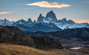 Картинка дорога, небо, облака, снег, горы, скалы, холмы, голубое, склоны, вершины, вид, высота, домики, рельеф, поселение, …
