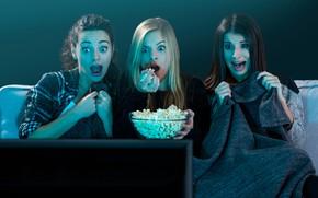 Картинка girls, movie, fear, sofa, popcorn