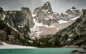 Картинка зима, лес, облака, снег, горы, озеро, камни, скалы, берег, склоны, вершины, вид, ели, США, водоем, …