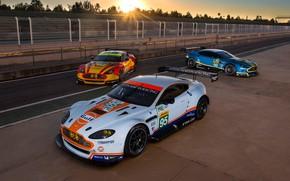 Картинка Aston Martin, Солнце, Колеса, Машины, Фары, Sport, Спойлер, Ограждение, Racing Car, Гоночная Трасса