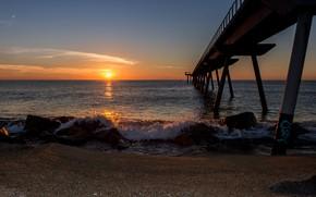 Картинка Испания, пирс, побережье, пляж, песок, море, Барселона, солнце, небо, горизонт, камни, закат