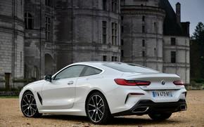 Картинка белый, купе, BMW, 2018, 8-Series, 8er, G15, 840d xDrive M Sport, у дворца