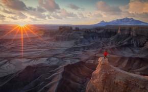 Картинка солнце, горы, обрыв, настроение, скалы, рассвет, человек, даль, утро, дымка, мужчина, США, каньоны, турист