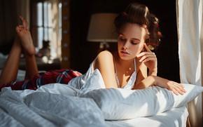 Картинка девушка, лицо, поза, руки, постель, бигуди, Sergey Fat, Сергей Жирнов, Алина Устюгова
