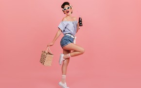 Картинка девушка, милая, шорты, очки, кроссовки, симпатичная
