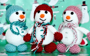 Картинка зима, праздник, игрушка, игрушки, Рождество, три, Новый год, снеговики, снеговик, шапки, трио, зеленый фон, варежки, …