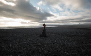 Картинка море, пляж, облака, пейзаж, поза, камни, модель, портрет, платье, горизонт, прическа, шатенка, стоит, на берегу, …