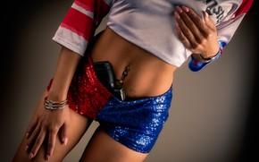 Картинка девушка, пистолет, шорты