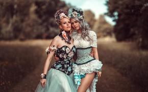 Картинка девушки, две, портрет, блондинки, модели, красотки, фигуры, на природе, наряды, боке, стоят, позы, платья, Tonny …