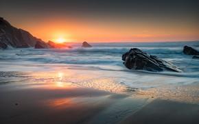 Картинка песок, море, волны, пляж, небо, пена, солнце, закат, отражение, камни, скалы, рассвет, берег, прибой, песчаный