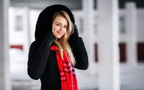 Картинка взгляд, красный, улыбка, модель, портрет, макияж, шарф, прическа, блондинка, капюшон, перчатки, красотка, стоит, в черном, …