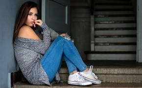 Картинка поза, модель, кеды, портрет, джинсы, макияж, брюнетка, прическа, ступеньки, кофта, сидит, задумалась, рваные, Fotografie, Andreas …