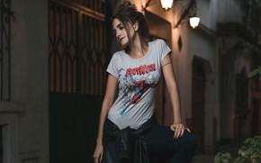 Картинка взгляд, девушка, ночь, поза, улица, модель, футболка, фонари
