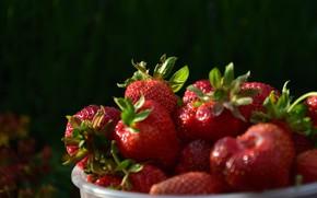 Картинка миска, темный фон, ягоды, боке, клубника