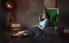 Картинка поза, стиль, модель, кресло, прожектор, на полу, винтаж, радиола, Анастасия Бармина