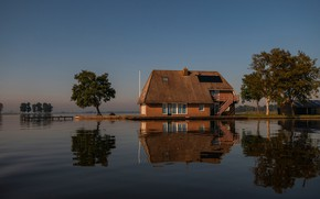 Картинка крыша, небо, вода, свет, деревья, уют, дом, отражение, синева, берег, спокойствие, домик, водоем, водная гладь, …