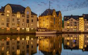 Картинка город, отражение, лодка, дома, вечер, освещение, Норвегия, залив, отель, Олесунн, Александр Безмолитвенный
