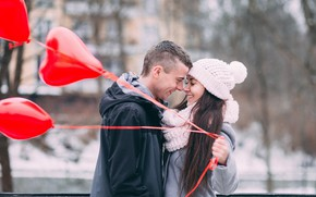 Картинка зима, взгляд, девушка, шарики, любовь, радость, улица, романтика, объятия, пара, мужчина, Valentine's Day