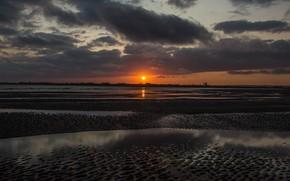 Картинка песок, пляж, небо, солнце, облака, закат, тучи, отражение, берег, вечер, горизонт, полумрак, сумерки, водоем, заход, …