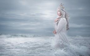 Картинка стиль, взгляд, фея, принцесса, сбоку, прическа, море, в воде, волны, девушка, длинноволосая, облака, поза, руки, …