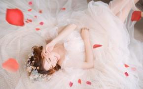 Картинка девушка, цветы, лицо, поза, улыбка, белое, ноги, лепестки, платье, наряд, лежит, азиатка, невеста, фотосессия, свадебное, …