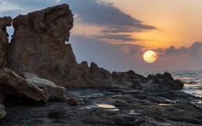 Картинка море, небо, солнце, облака, закат, тучи, камни, скалы, рассвет, берег, побережье, прибой, каменистый